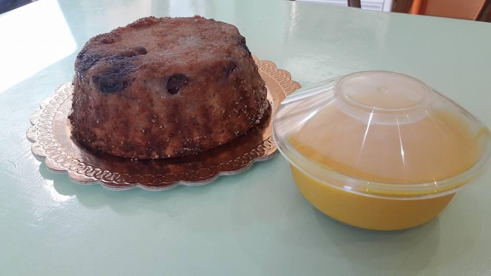 Tortina con frutta cotta e crema pasticcera in un in contenitore