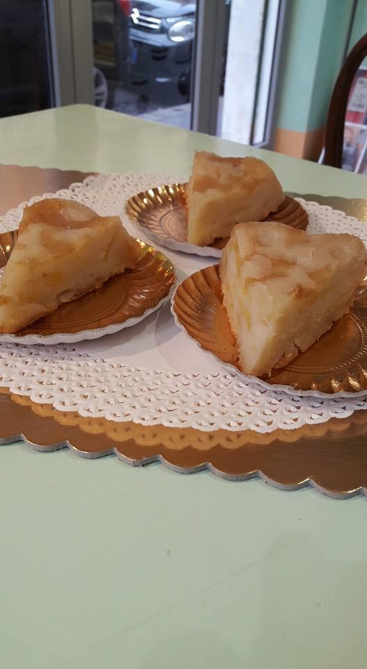 Fette di torta di mele su piatti di carta dorati