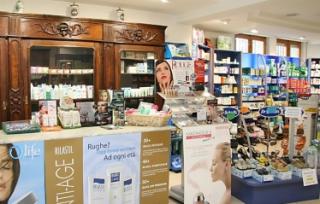 vista del bancone della farmacia
