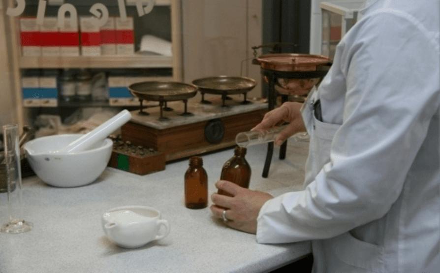 farmacista in laboratorio durante la preparazione di un farmaco