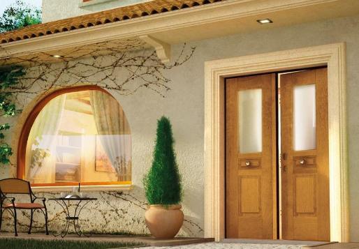 entanal semicircolare e porta di legno di doppio foglio