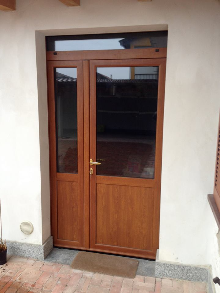 Una porta verniciata marrone con il vetro