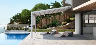 Terrazza, piscina, coperta di terrazza di PVC, originali sedie a sdraio e un giardino al fondo