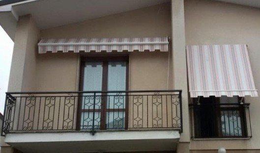 Copertoni di finestra e terrazza di razze bruni e bianche