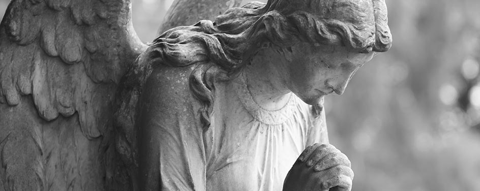 statua di marmo di un angelo