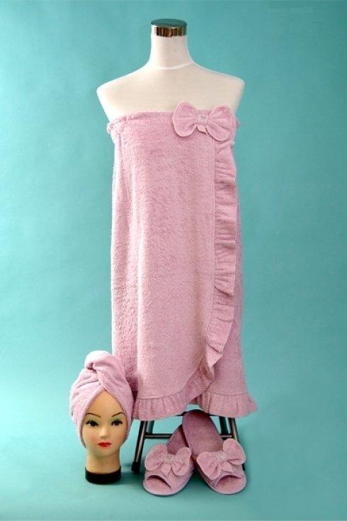 Telo da bagno con asciugamano e ciabatte