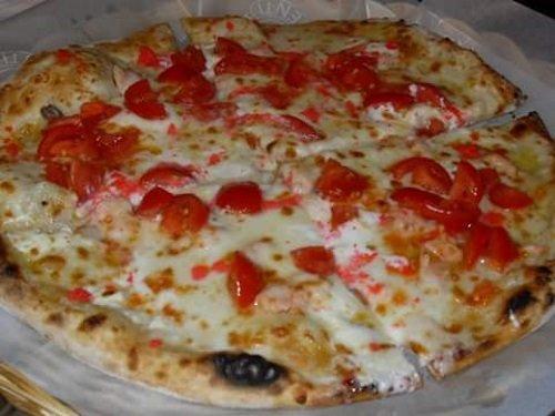 una pizza bianca con dei pomodorini