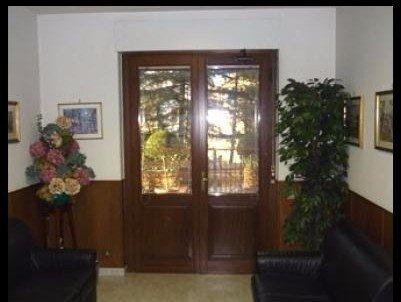 sala di aspetto per clienti all'interno dello studio di consulenza