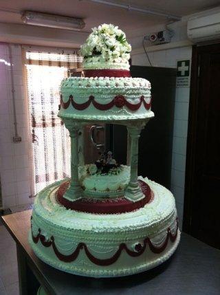 torta nuziale a due piani con fiocchi
