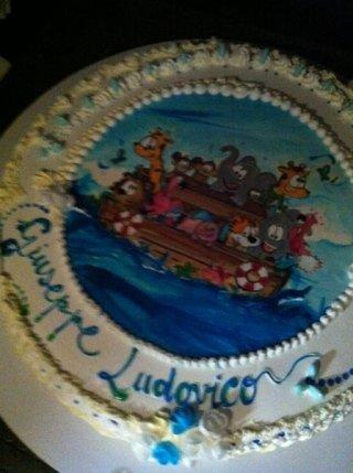 torta di compleanno con personaggi dei cartoni animati