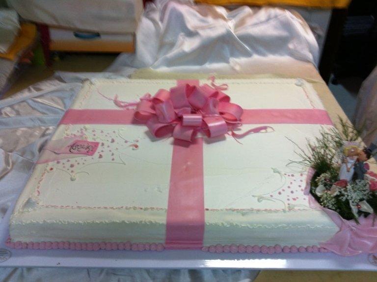 torta nuziale con fiocco