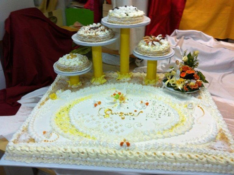 torta nuziale con quattro pilastri