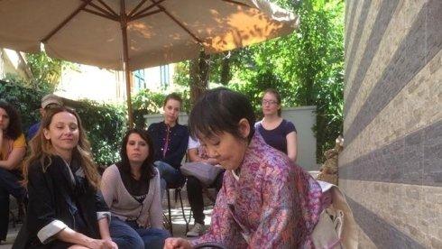 cerimonia giapponese del tè nel giardino di fiorditè