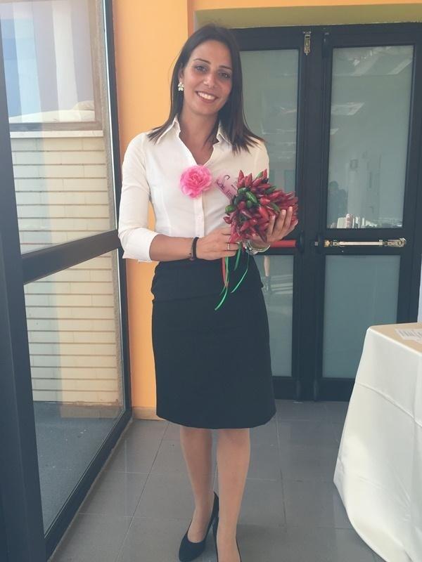 una donna con un bouquet di peperoncini in mano