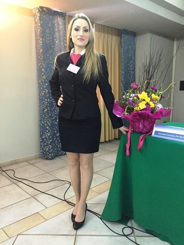 un hostess accanto a un tavolo con un bouquet di fiori