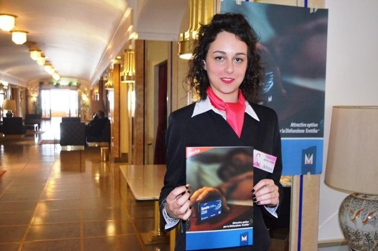 una hostess con una brochure in mano