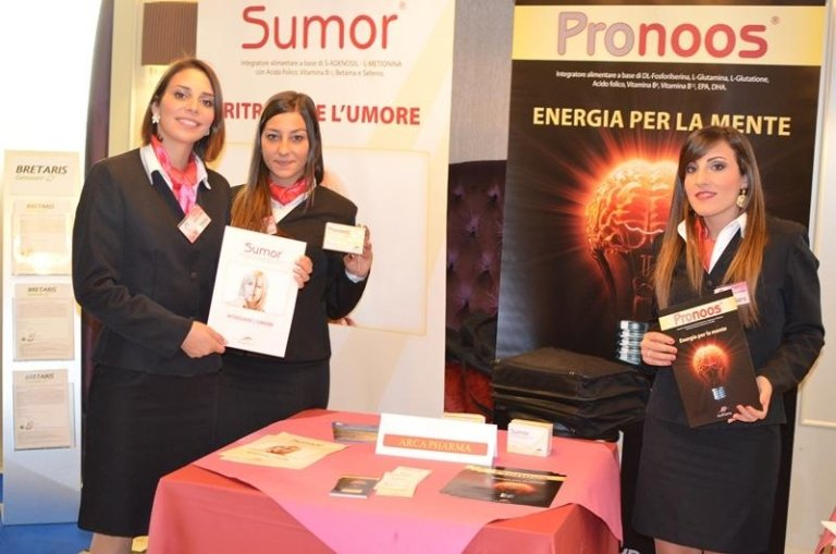 tre hostess con delle brochure di Sumor e Pronos