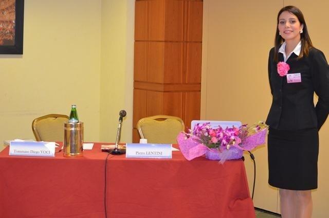 una hostess accanto a un tavolo con un bouquet dei fiori