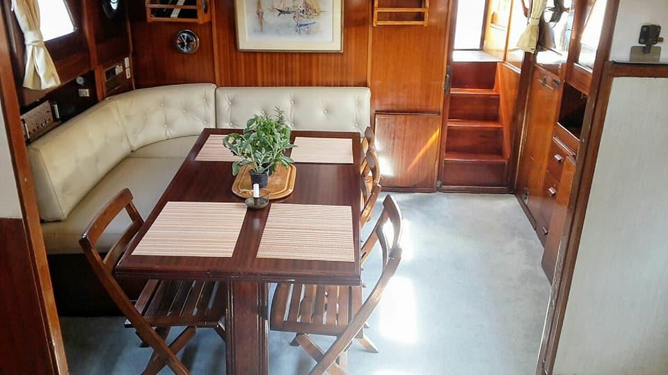 salotto interno di una barca