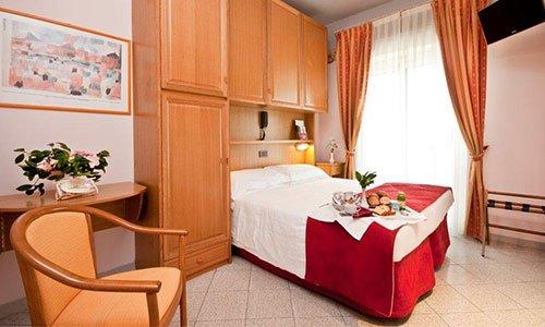 camera con letto incassato e colazione