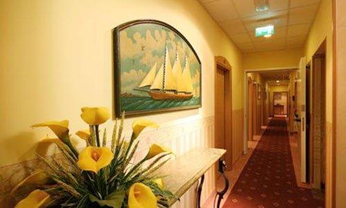 corridoio hotel con moquette