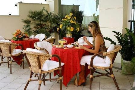 Una donna seduta a un tavolo