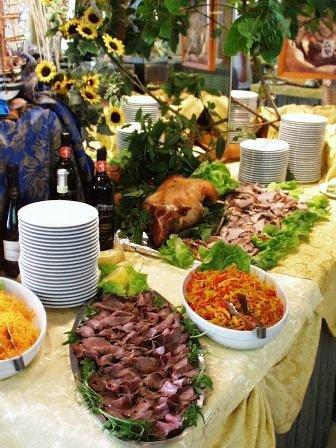 Un buffet e dei girasoli