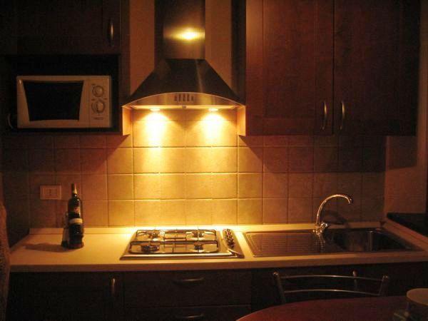 cucina illuminata da luce calda della cappa