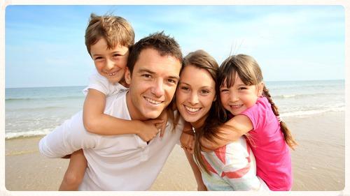 Plajda poz veren bir aile