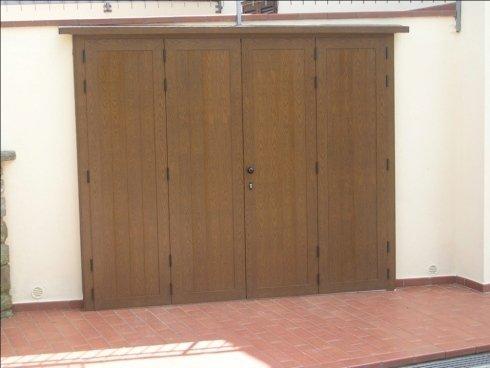 Porte e portoni con apertura a libro in alluminio con finitura legno