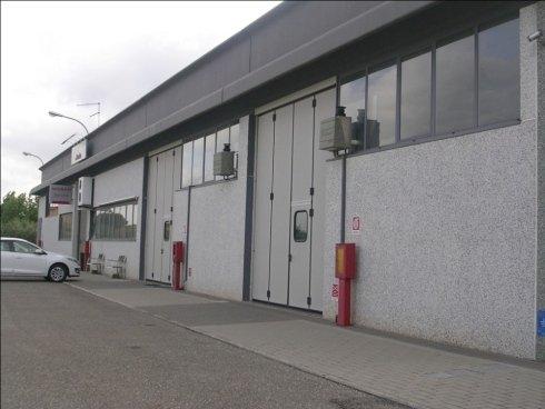 Realizziamo infissi in alluminio e legno per capannoni industriali