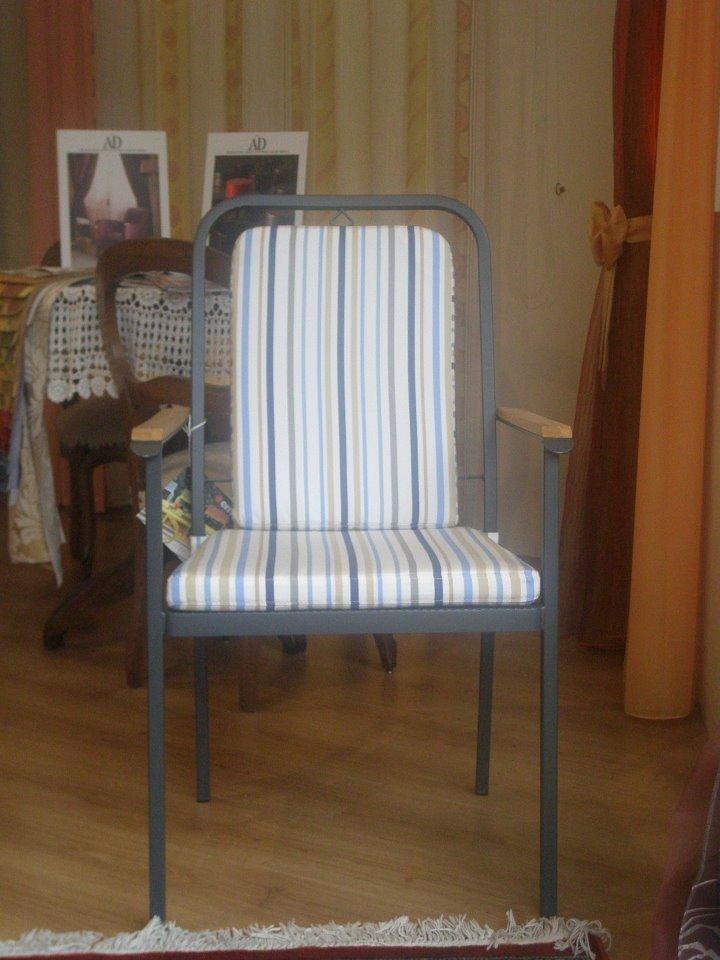 una sedia con un cuscino e uno schienale foderato bianco e con disegni a righe