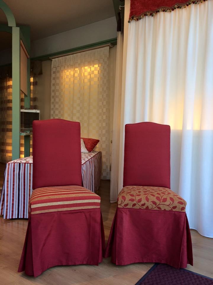 due sedie foderate di color rosso