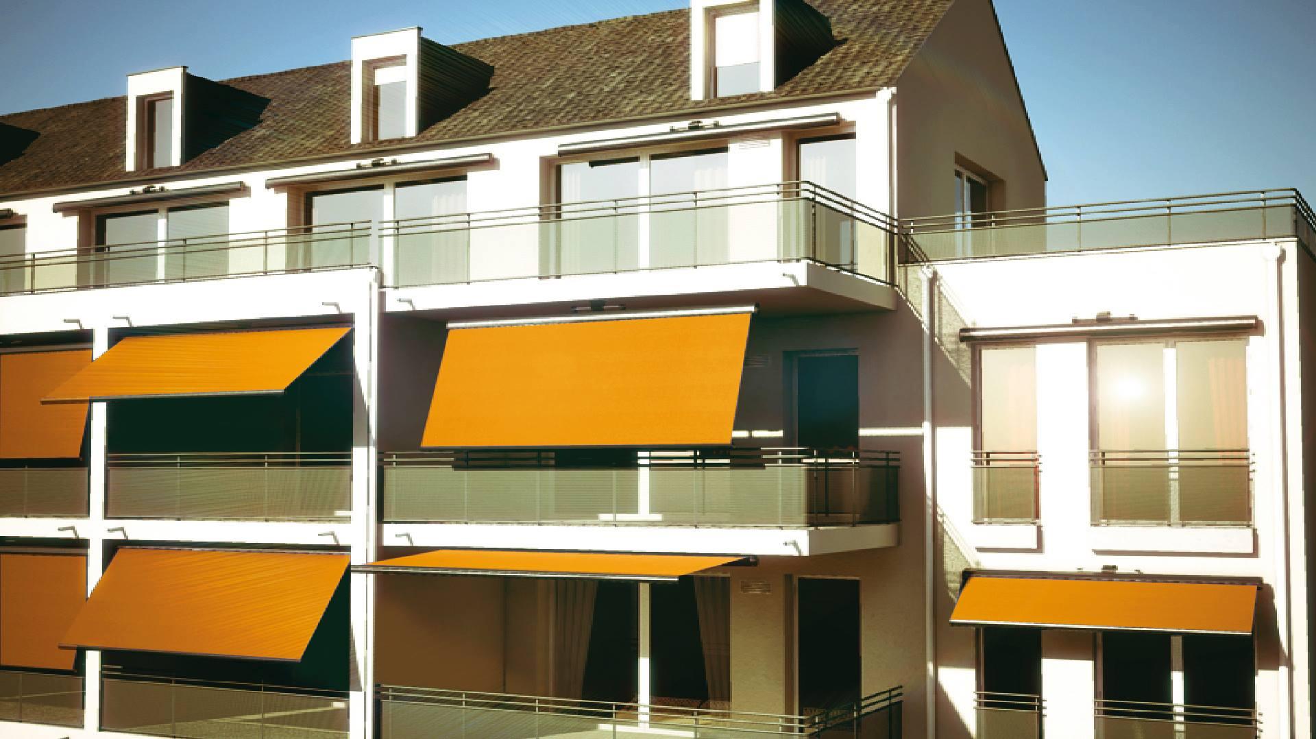 un condominio con vista delle tende arancioni all'esterno