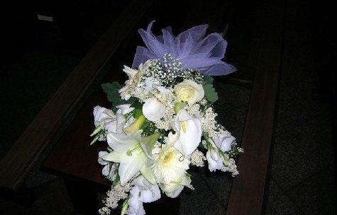 Mazzo di fiori con calle bianche.