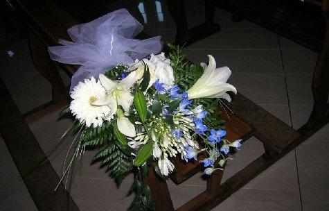 Mazzo di fiori con margherite bianche.