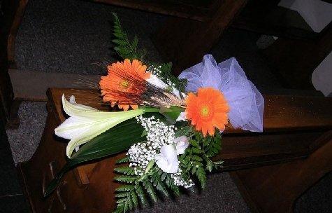 Mazzo di fiori con margherite arancio.
