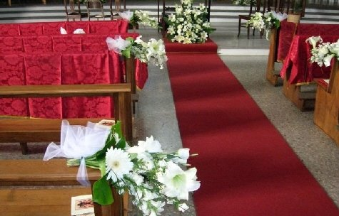 Addobbi floreali in chiesa.