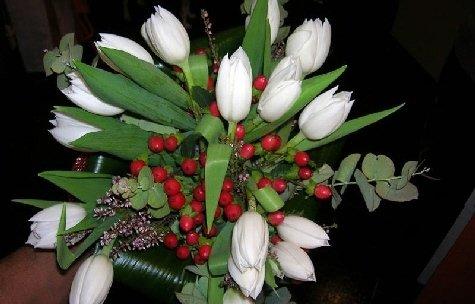 Mazzo di fiori con tulipani bianchi.