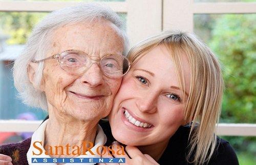 Badante offre l'acqua ad un'anziana a Varese