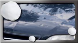 chicchi di grandine, cofano auto blu danneggiato da grandine, auto completamente bollata