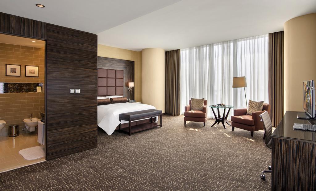 camera da letto con  parquet e letto matrimoniale