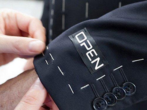 etichetta con nome della societa' su giacca da uomo