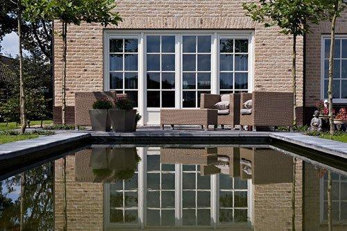 immagine frontale di casa con piscina