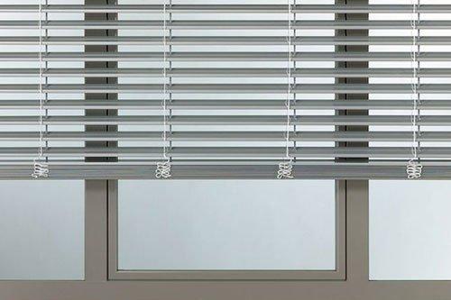 finestra con tapparelle bianche