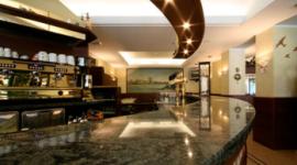 bancone bar in marmo, macchina del caffè, dipinto in fondo alla recaption