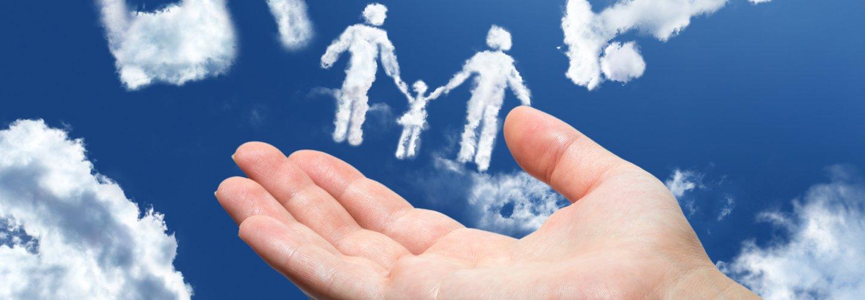 Tre nuvole a forma di coppia con bambina e una mano aperta