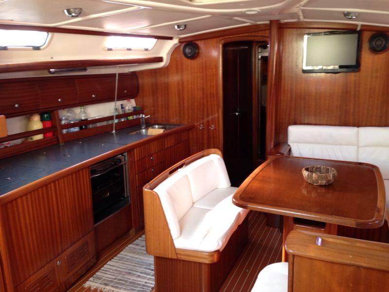 barca in mare con ospiti