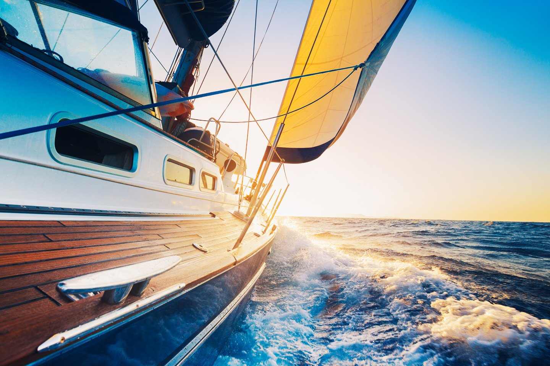 vista laterale di una barca a vela in mare