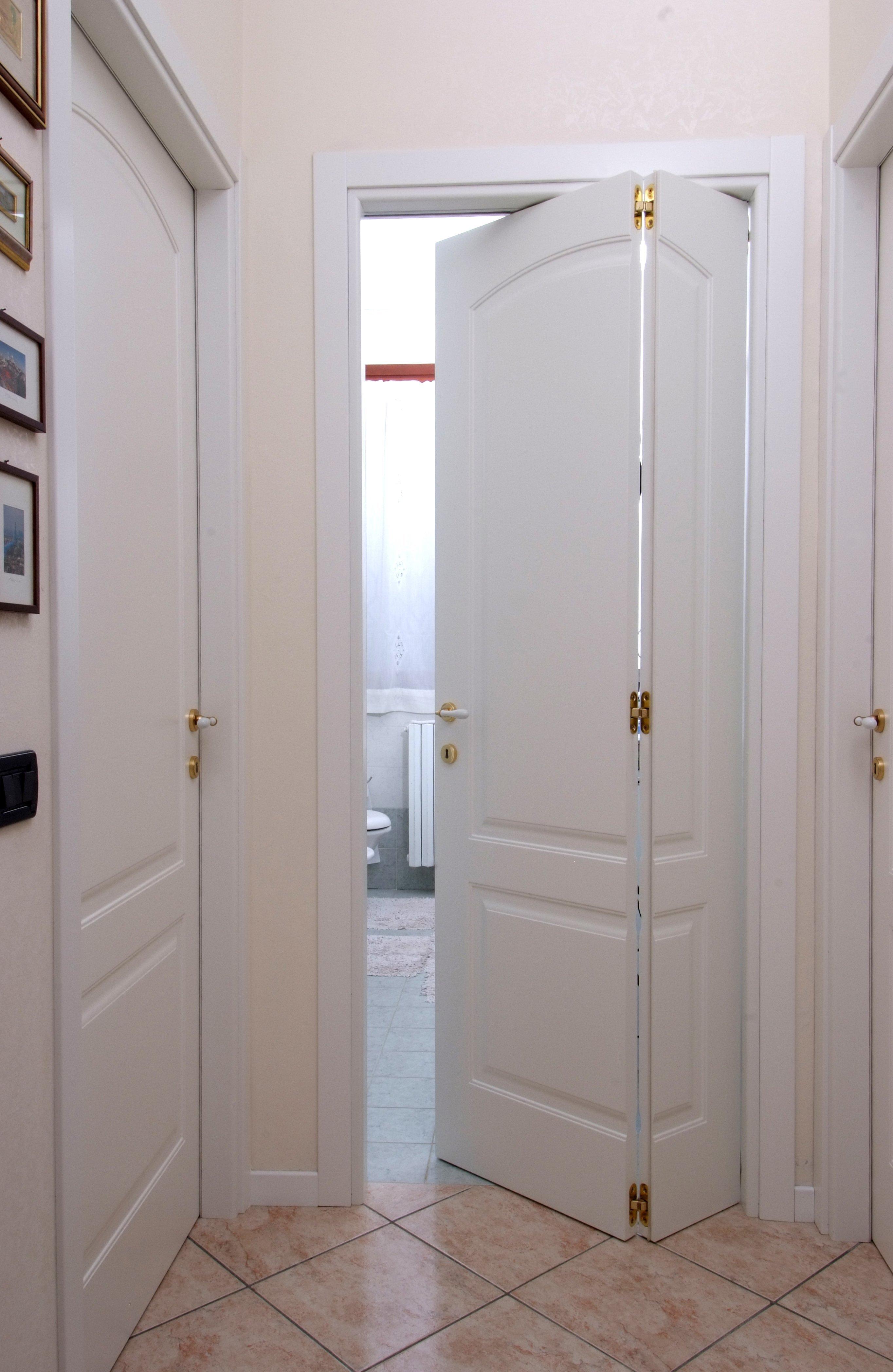 porta interna bianca aperta